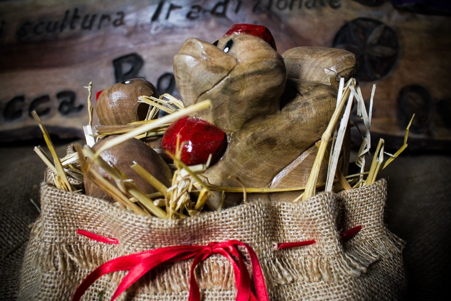 Chicken with chick in jute bag - Sculpture
